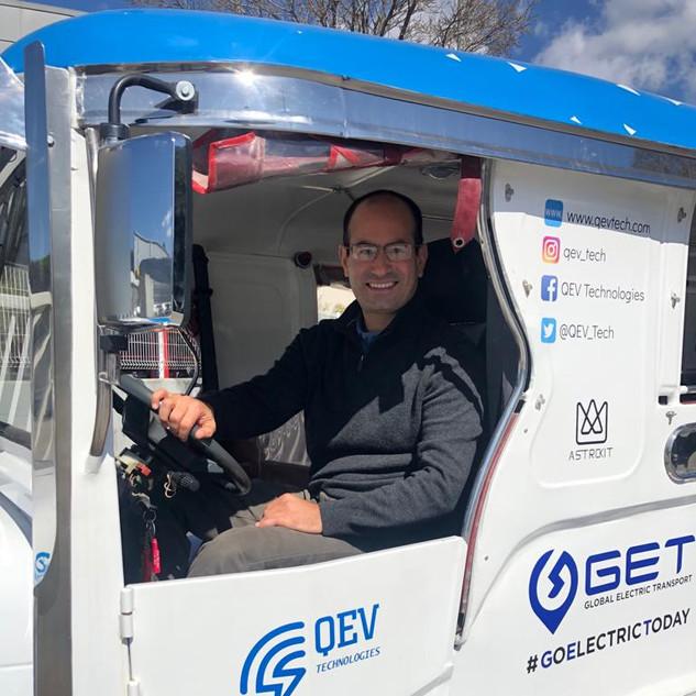 Un bus convertido a eléctrico con uno de nuestro integrantes del staff de Cambio, Roberto Obradovich.