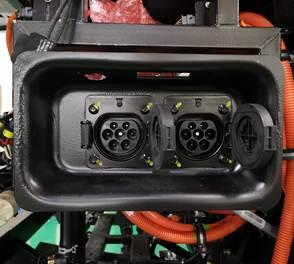 Toma de dos enchufes para recibir energía eléctrica directamente hacia el banco de baterías de un bus eléctrico.