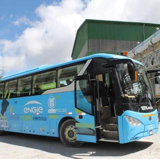 Bus eléctrico diseñado para transporte de personal minero en el Perú, operando en Huallgayoc, Cajamarca