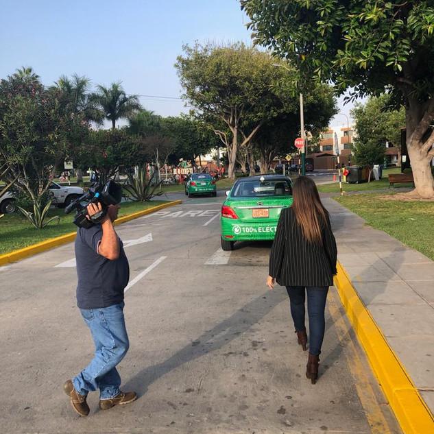 Grabando la noticia del inicio de los 3 primeros taxis eléctricos con Taxi directo y ATV noticias.