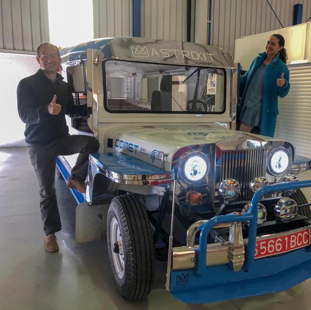 Monika Mikac y Roberto Obradovich en las instalaciones de QEV technologies en Barcelona, luego de unas pruebas en un bus eléctrico convertido.