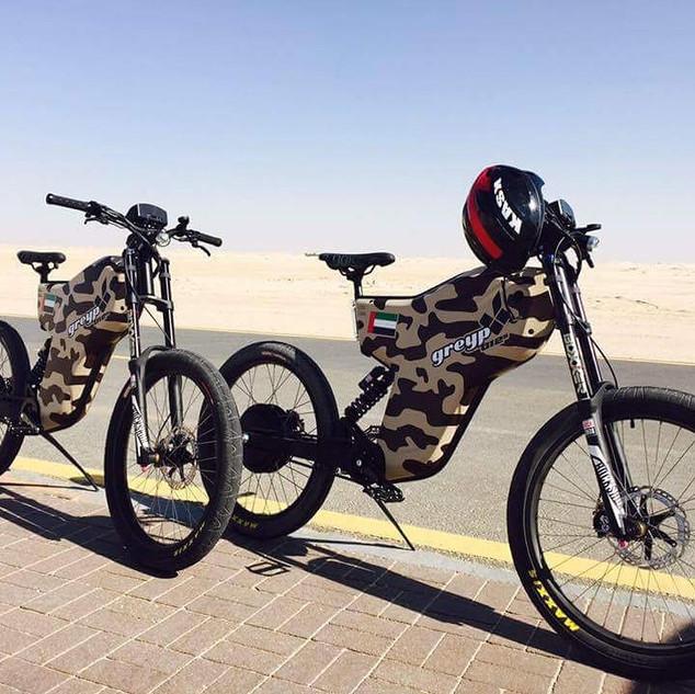 Greyp bikes en un proyecto con las Fuerzas Armadas de Dubai en donde los cobertores de baterías están hechos de Kevlar , anti-balas.