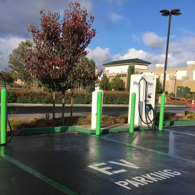 Estación de carga masiva en USA, en donde se puede apreciar un cargador con dos pistolas para cargar dos vehículos a la vez en un estacionamiento publico.