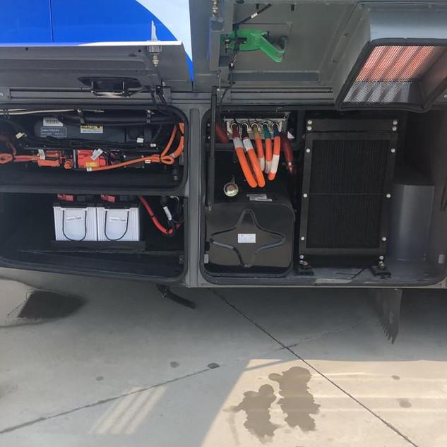 Banco de baterías de litio-hierro-fosfato en la base de un bus eléctrico.