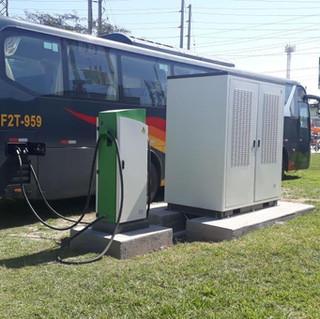 Bus eléctrico recargando.