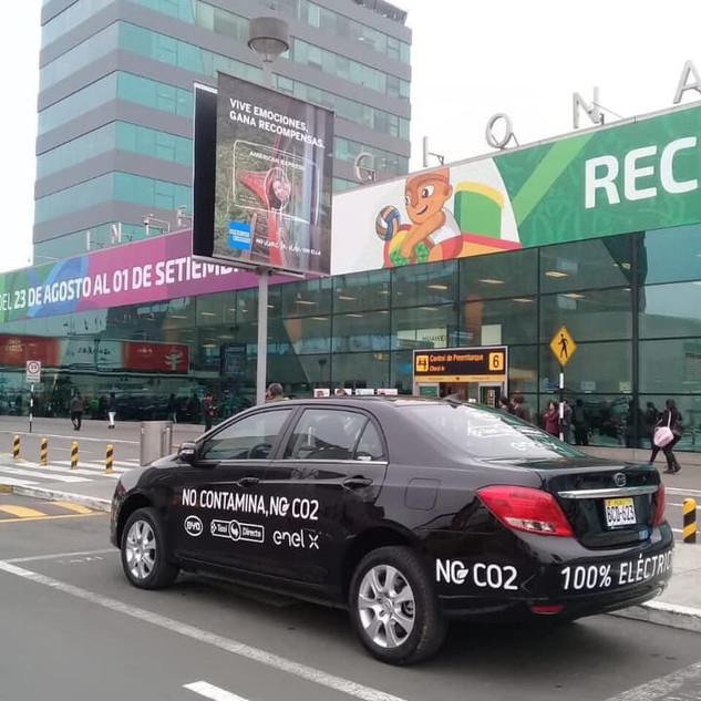 1er taxi eléctrico operando en el aeropuerto Jorge Chavez de Lima .