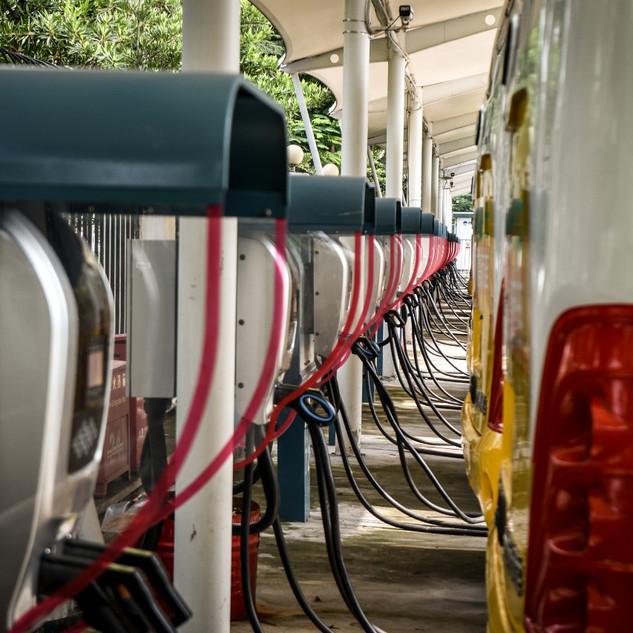Una fila de buses eléctricos en el patio de maniobras del operador mas grande del mundo con buses eléctricos, 16,000 buses eléctricos en Shenzhen, China.