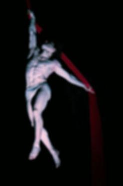 Nico Gattullo danza sui tessuti aerei