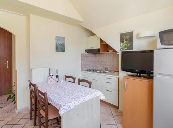 B-202-kitchen_2067.jpg