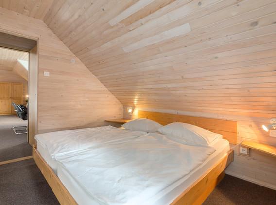 C-401-bedroom_1709.jpg