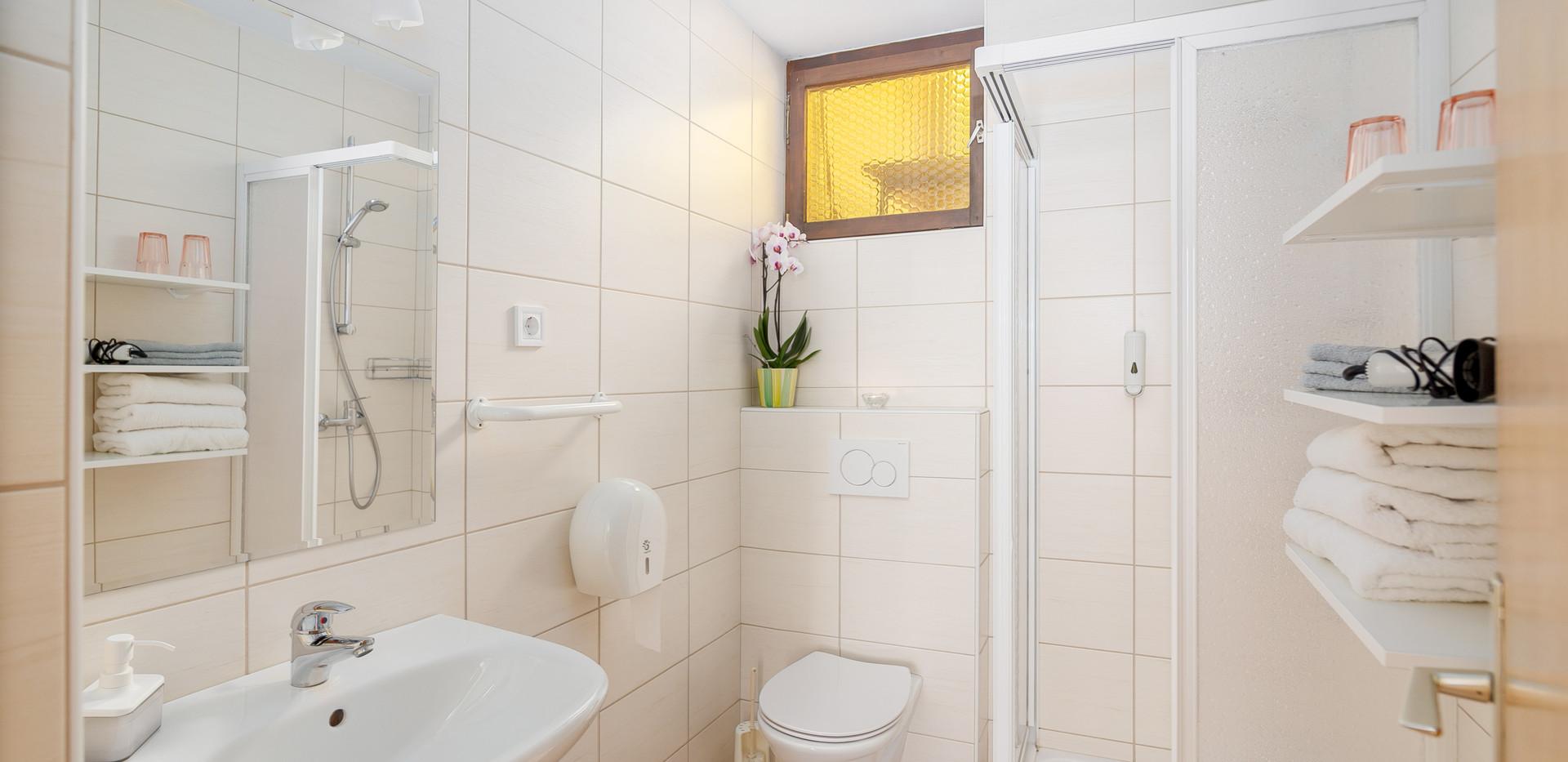 B-202-bathroom_2050.jpg