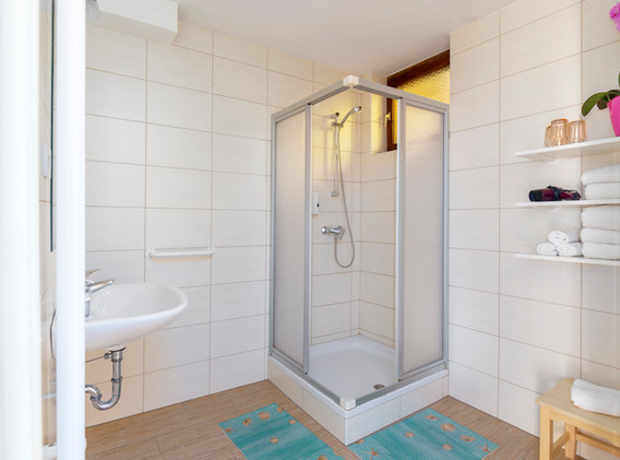 C-201-bathroom_1366.jpg