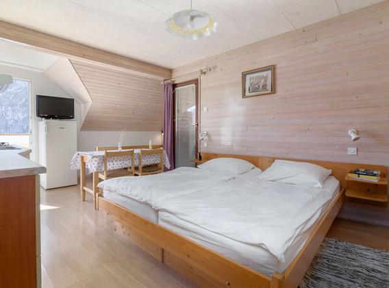 B-404-livingroom_2111.jpg