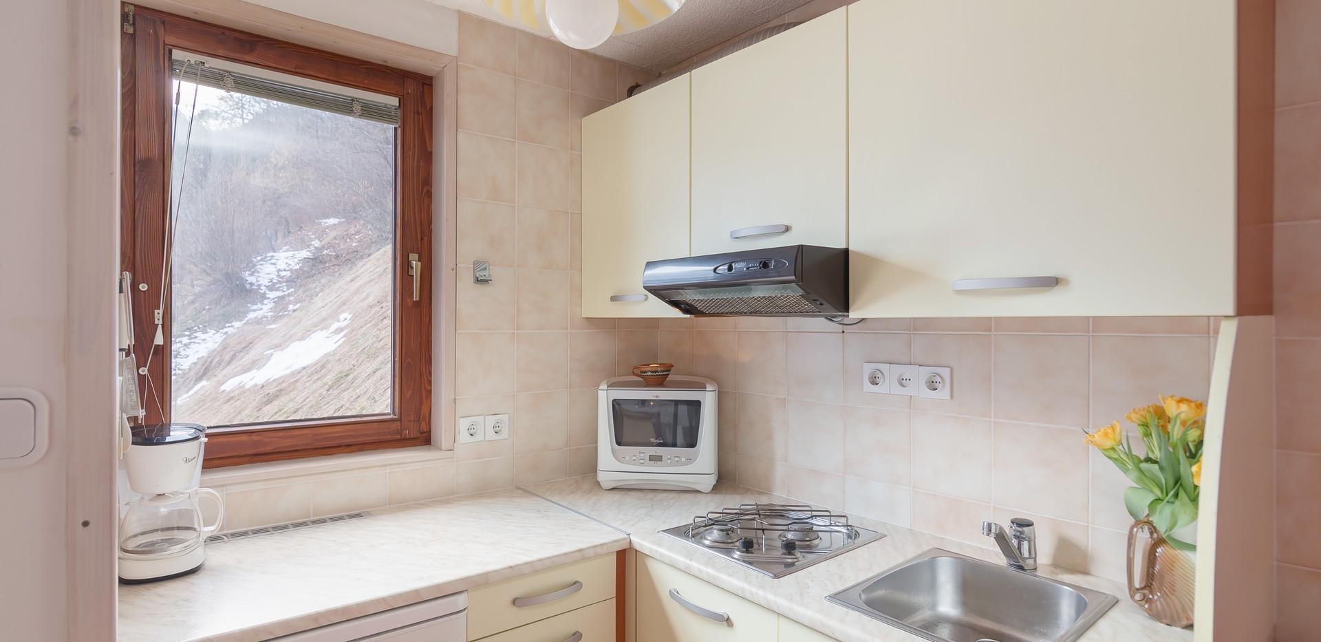 B-402-kitchen_1787.jpg