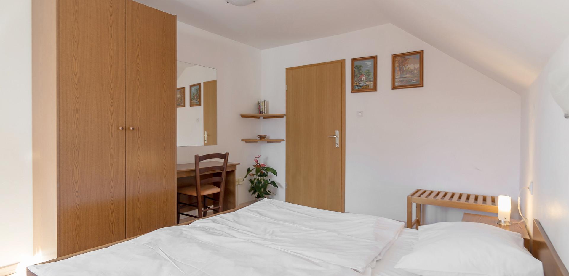 B-202-bedroom_2044.jpg