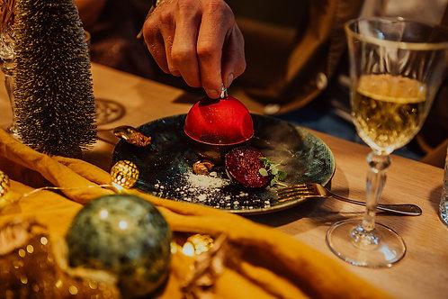 Een kerstbal van chocolade met gebrande noten