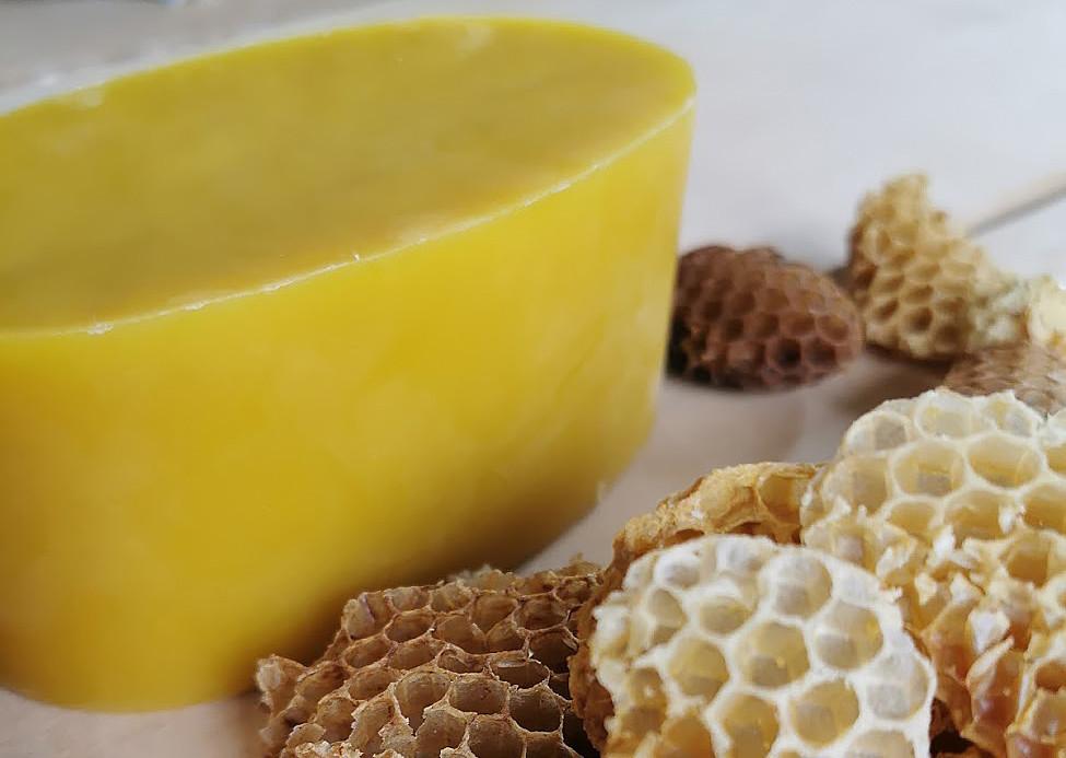 En stor gul klump av bivax och bivaxkakor utan honung.