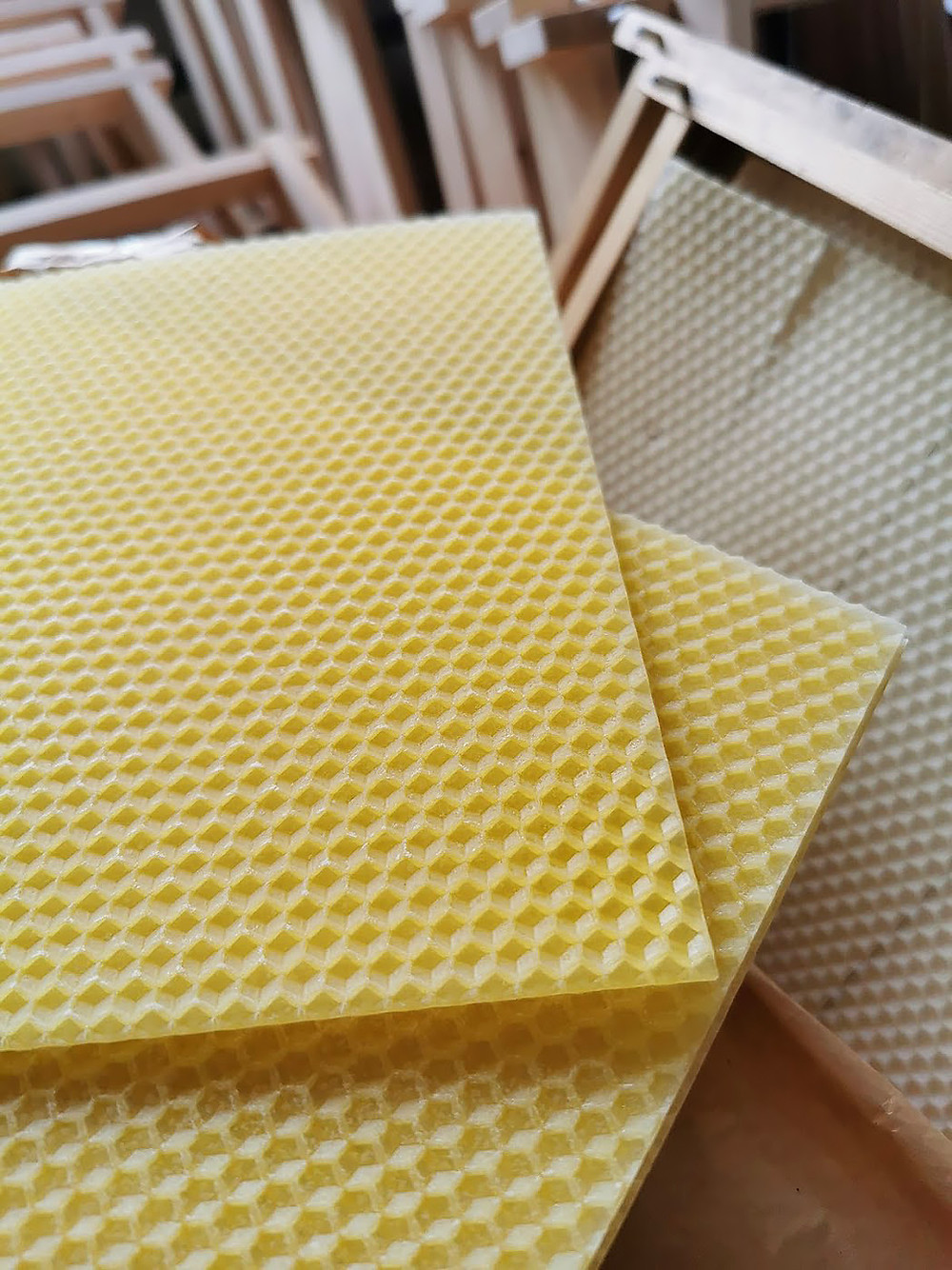 Två gula ark med bivax.