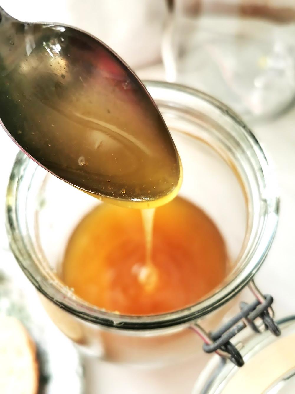 Honungsburk med en sked.