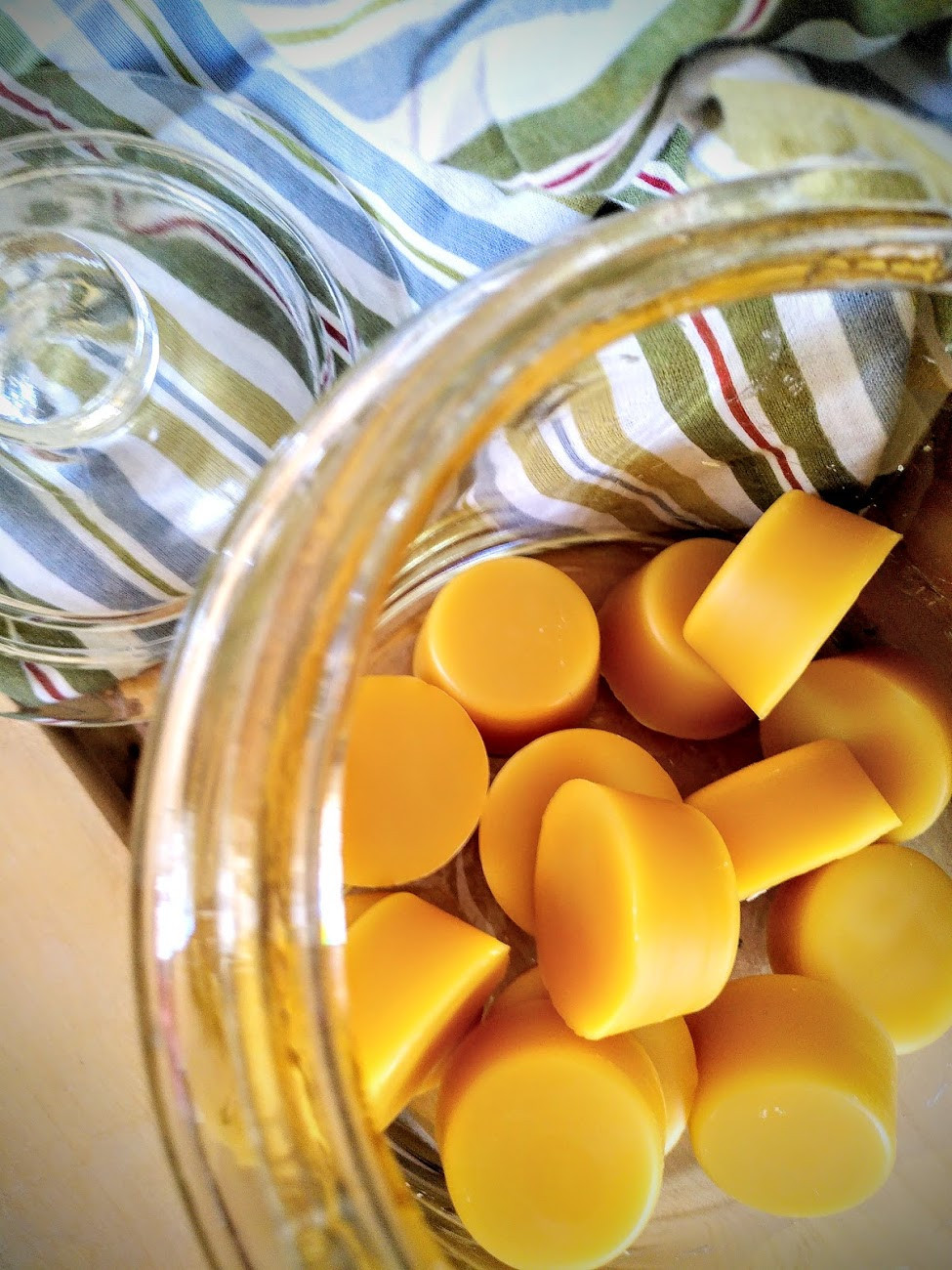 Små gula vaxpuckar.