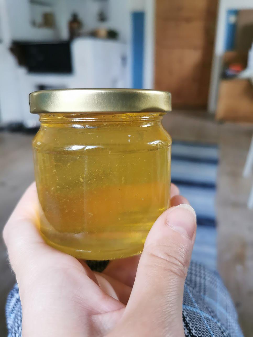 Ljus honung i en burk i Elins kök.