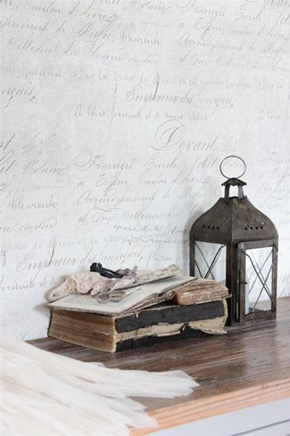 Crema patinata con scritte
