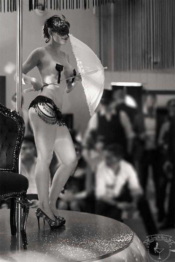 Moulin Rouge Show mit Regenschirm