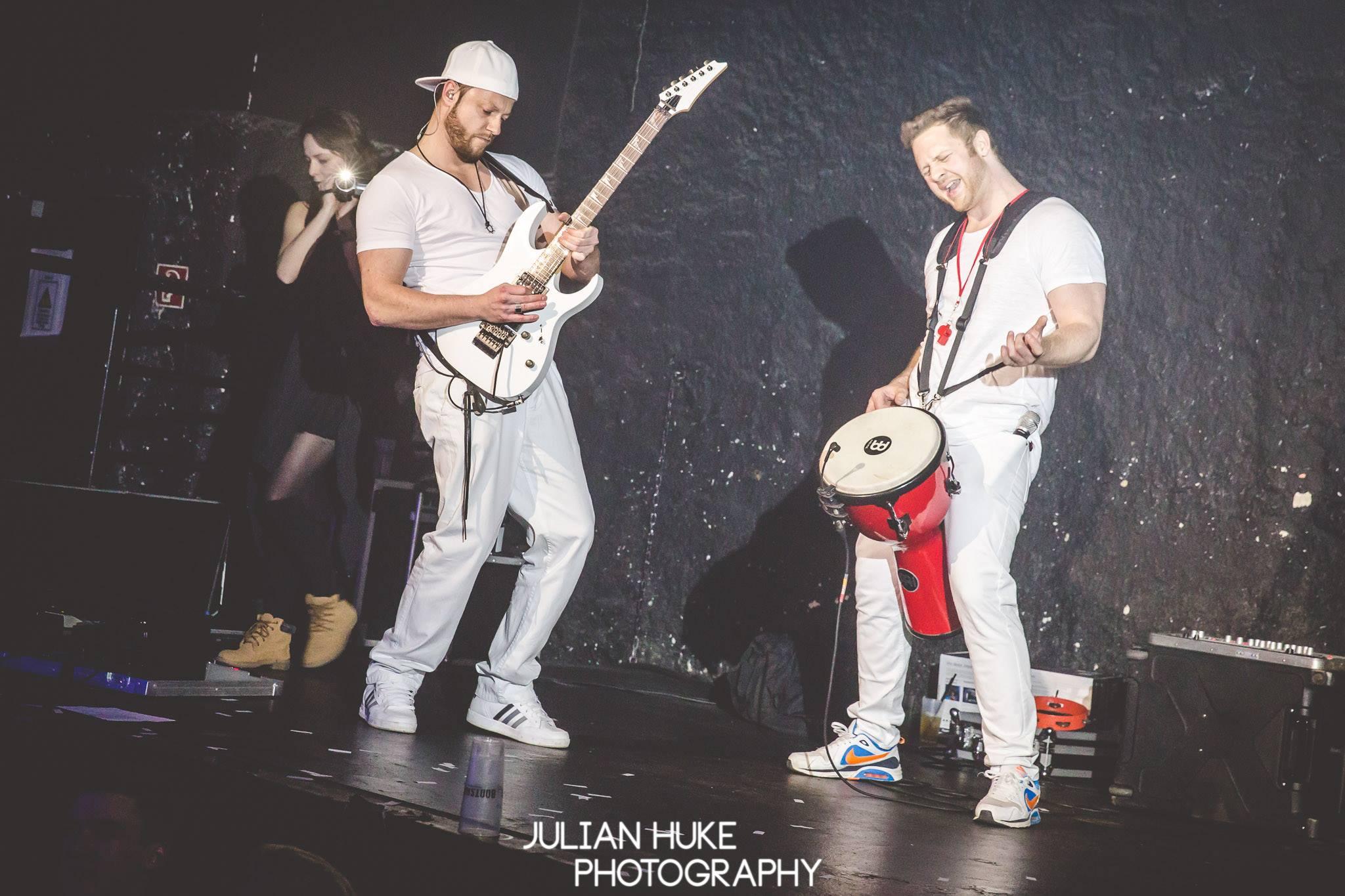 Sunny Gitarre und Dela Percussion