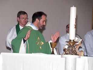 Párroco en misa