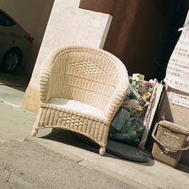 주차장 앞 의자.jpg