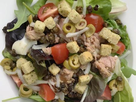 Salade met tonijn en gefrituurde kappertjes