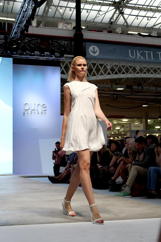 L'abito bianco in seta di Gaiofatto sfila a Londra