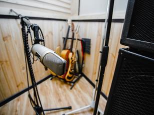 Запись вокала на студии звукозаписи.