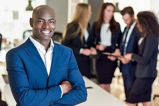 empresario-lider-em-escritorio-moderno-c