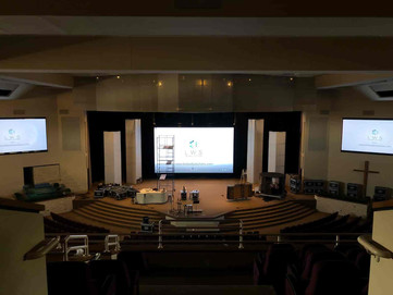 Two 19.7'x 9.8' side screens + one 31.2'x19.7' central Screen