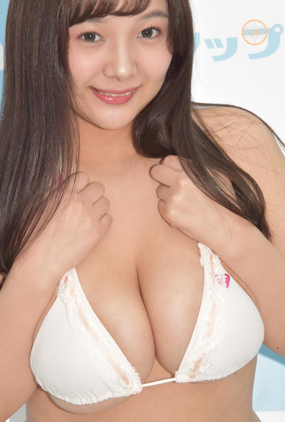 爆乳Jカップ巨尻グラドル工藤唯 (1)