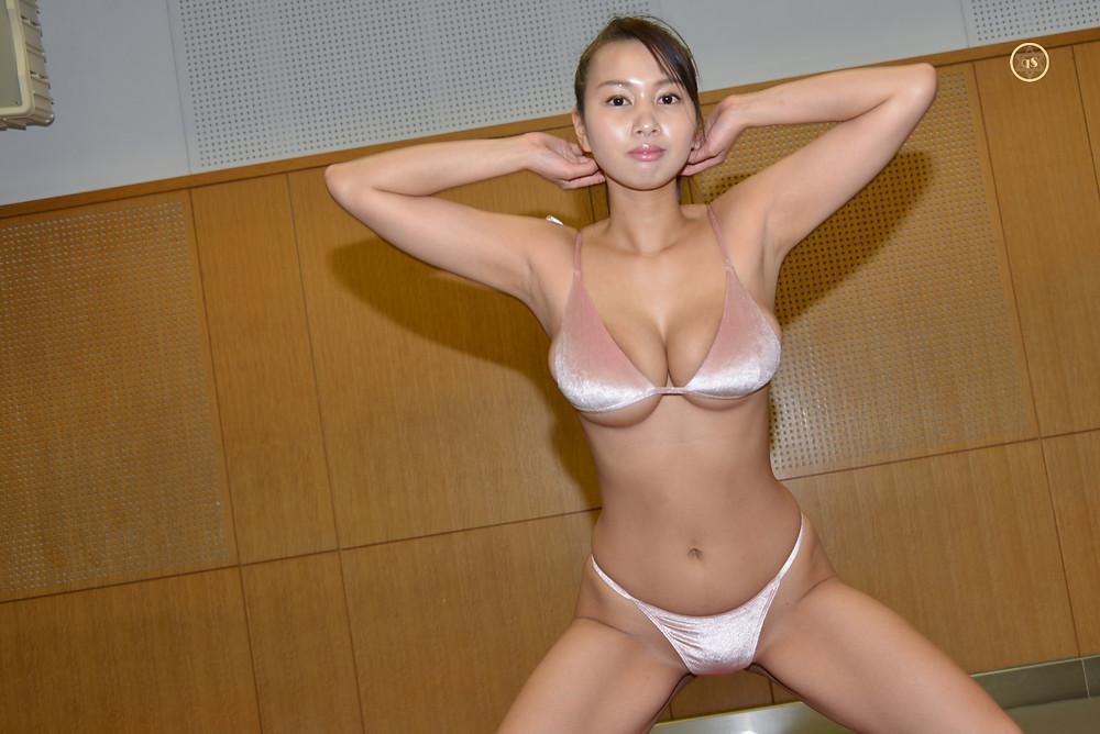 爆乳巨尻グラビアアイドル高梨れいの限界スクワット(筋トレ)