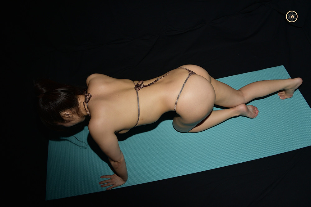 curvy巨乳Hカップくびれ桃尻グラドル本多希のTバック筋トレ(腕立て伏せ)きゅうすた (1)