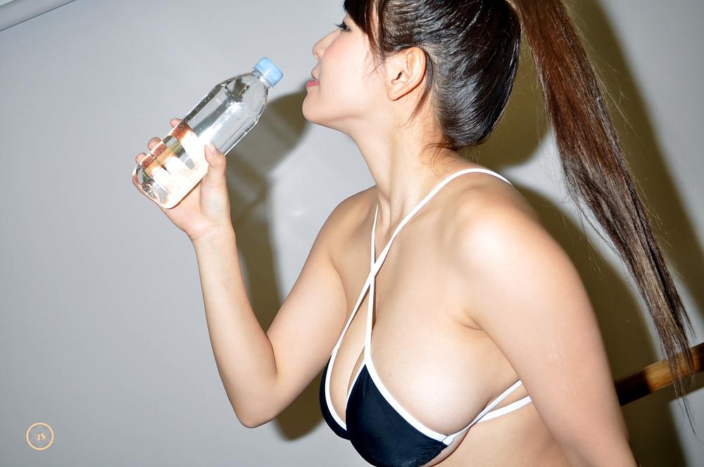 爆乳Iカップグラドル夏来唯の全力飲み/きゅうすた (5)