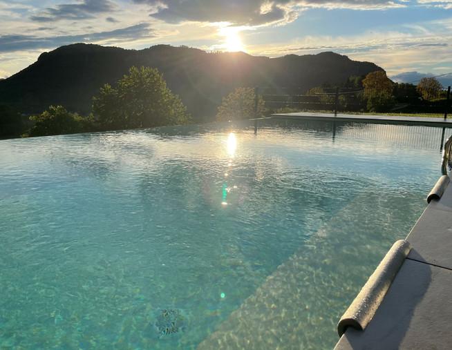Infinity Pool Glasklar Aussicht.jpg