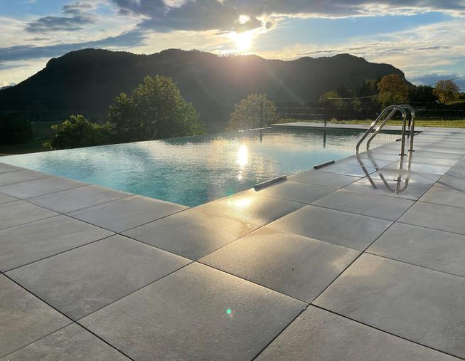 Infinity Pool Sonne Berge.jpg
