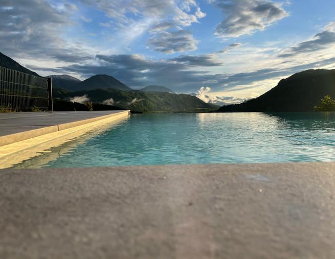 Infintiy Pool Aussicht Berge.jpg