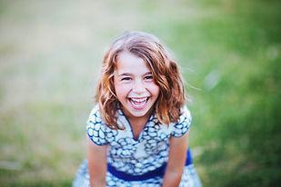 Glad lille pige