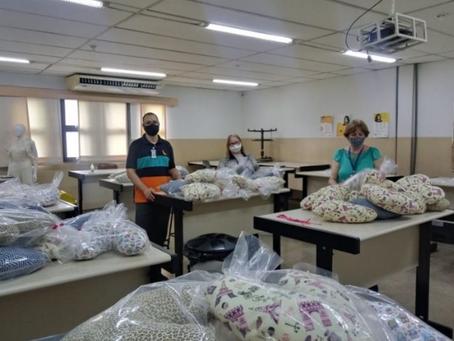Fieg + Solidária doa kits de almofadas ao projeto Ensinando a Abraçar
