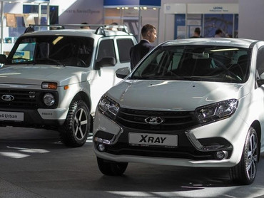 Выпуск автомобилей в России рухнул на 17,5, промпроизводство - на 3%