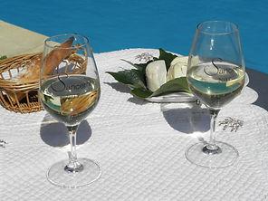 verre d'accueil au bord de la piscine