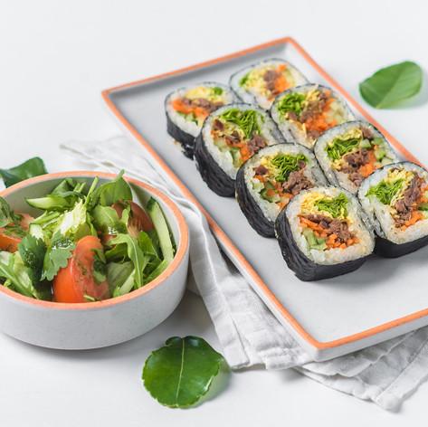 Кимпаб с говядиной и салат из свежих овощей