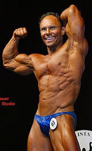 Pose fisiculturismo abdomen e bíceps Máro Matticci