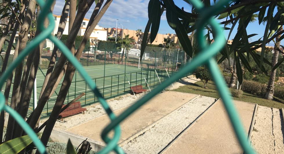 Petanque- og tennisbane