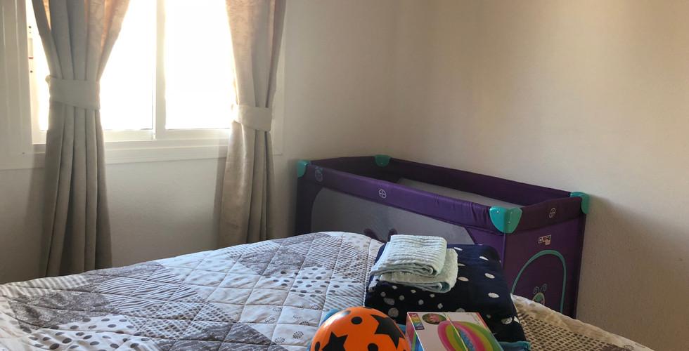 Barne Weekendseng sat op i soveværelset.